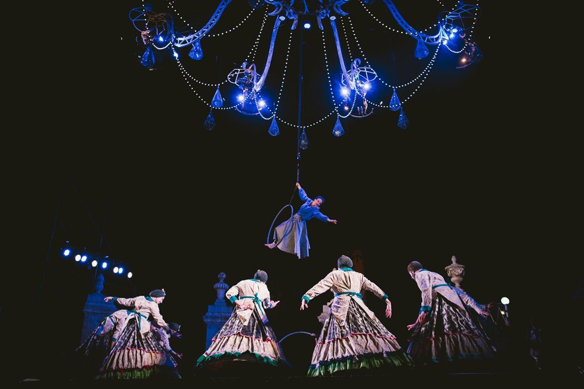 Cristal Palace, Bal au clair de lustre, par la compagnie Transe Express – Photo © Andrea Revuelta
