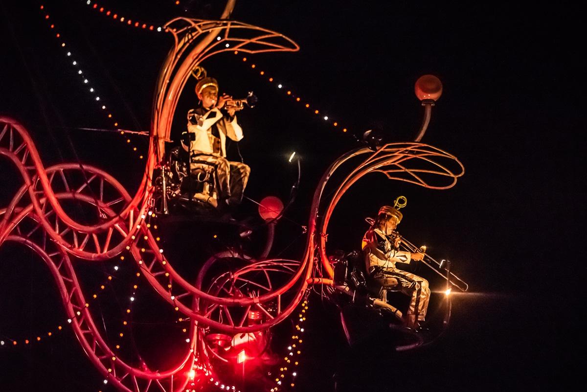 Cristal Palace, Bal au clair de lustre, par la compagnie Transe Express – Photo © Patrick Desbois